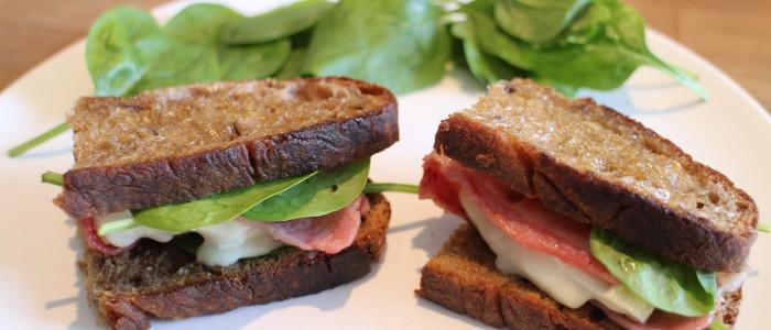 Recette : Sandwich au Rocamadour, bacon et pousses d'épinard