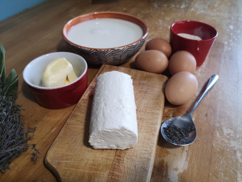 Les ingrédients pour réaliser la recette du soufflé au chèvre frais et au thym.